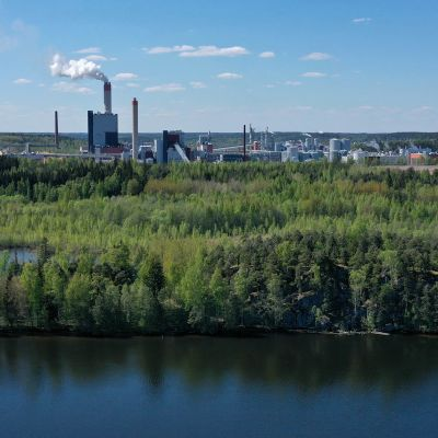 Kymijoen Pukkisaari, taustalla UPM Kymin tehtaat Kuusankoskella
