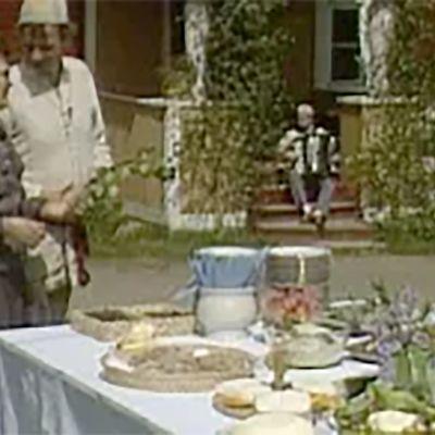 Jaakko Kolmonen juhannushäiden pitopöydän äärellä.