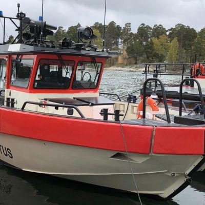 Konneveden pelastusaluksesta, joka oli PV3-sarjan ensimmäinen perämoottoripropulsiolla varustettu pelastusvene – vastaava jollainen tänään tilattiin Tornion vapaaehtoisten meripelastajien työvälineeksi.