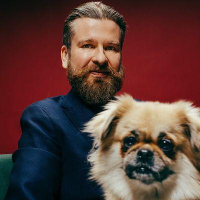 Kuvassa toimittaja Panu Hietaneva ja hänen koiransa.