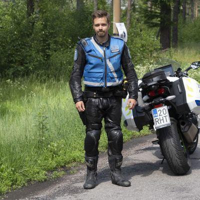 Moottoripyöräpoliisi ajaa kaaharit helposti kiinni