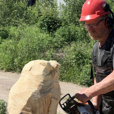Koronavirus päätyi karhun näppeihin – Leo Laakko veistelee puuta moottorisahalla