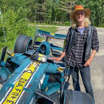 Formula-autopatsaan tehnyt taiteilija Ilpo Luukkonen harmittelee, että auto on päässyt huonoon kuntoon.