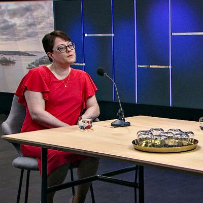 Brändikeskustelussa olivat Ylen Aamussa mukana Saila Saraniemi (brändimarkkinoinnin professori Oulun yliopistosta) sekä tietokirjailija ja tutkija Olli Löytty.