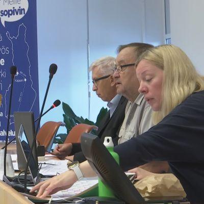Esa Ahonen, Osmo Polvinen (pj) ja Mirva Elo-Tammelander. Kainuun soten yhtymävaltuuston kokouksessa.
