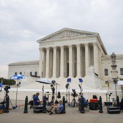 Toimittajat ja kuvaajat odottelevat Washingtonissa Yhdysvaltain korkeimman oikeuden edustalla päätöksen julkistamista.