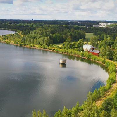 Dronekuva järvestä.