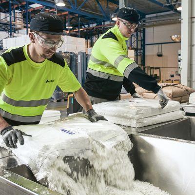 Miehiä työskentelemässä Ahlström-Munksjön Tampereen tehtaalla.