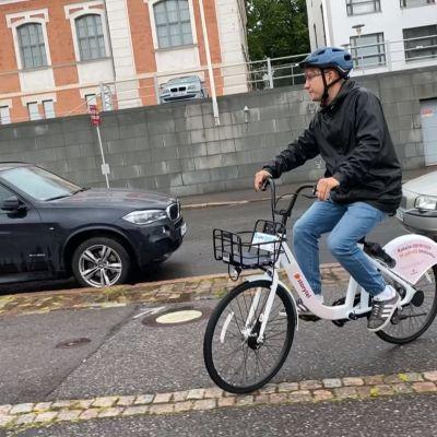 Toimittaja Olli-Pekka Kursi kokeilee Juro-kaupunkipyörää.