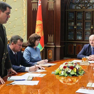 Valko-Venäjän presidentti Aljaksandr Lukašenka sanoi turvallisuusneuvoston hätäistunnossa vaativansa Venäjältä selitystä asiasta.