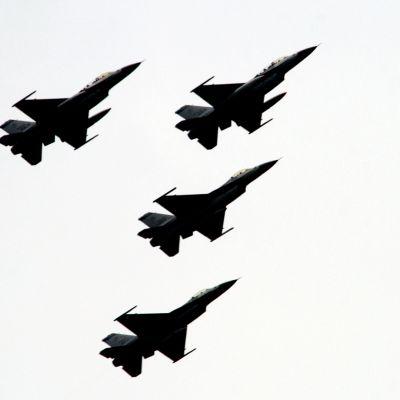 Taiwanin vanhoja F-16-hävittäjiä taivaalla.