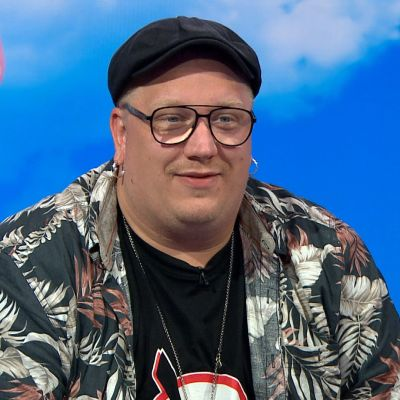 Arttu Wiskari kuvassa Puoli seitsemän -ohjelman studiossa.