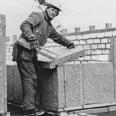 Kuva rakennusmiehestä Kostamuksessa
