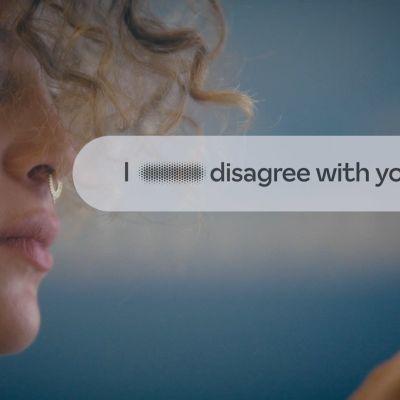 """Typsnitt som ändrar fula ord mot snälla. """"I hate you blir"""" """"I disagree with you"""". På bilden syns också en kvinnas ansikte som tittar på texten."""
