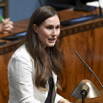 Pääministeri Sanna Marin puhuu eduskunnan täysistunnossa