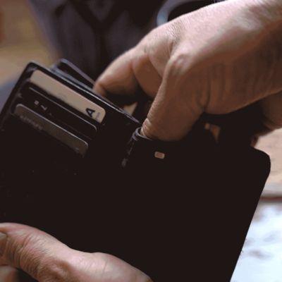 Rahaa otetaan lompakosta