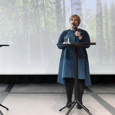 Annika Saarikko pitää keskustan puoluejohdon linjapuhetta keskuskirjasto Oodissa Helsingissä.