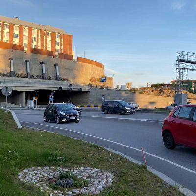 Liikennettä Tampereen Rantatunnelin suulla Naistenlahdessa
