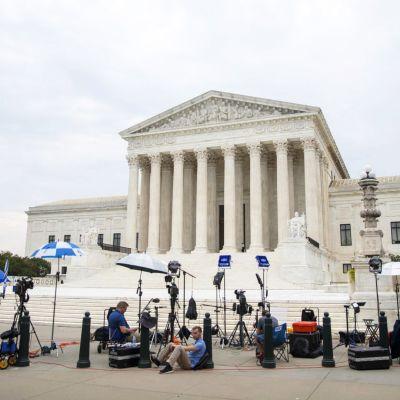 Kameroita ja muuta kuvauskalustoa pystytettynä Yhdysvaltain korkeimman oikeuden rakennuksen eteen