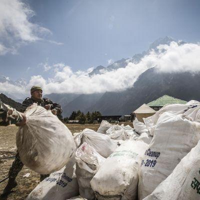 Nepalin armeijan henkilökunta kerää jätesäkkejä Mount Everestiltä 27 toukokuuta 2019. Yhteensä 10 000 kg jätettä ja 4 ruumista löydettiin siivoustalkoissa tuolloin.