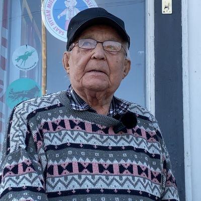 """101-vuotias Paavo Heinola ostaa päivittäin pullon kokista — """"Mulle ei vesi käy, ei millään!"""""""