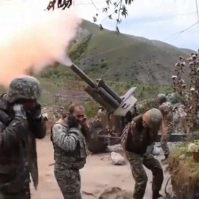 Både Armenien och Azerbajdzjan använder missiler, artilleri, stridsplan och stridsvagnar i striderna som har trappats upp under veckoslutet. Bilden är från armeniska sidan av frontlinjen.