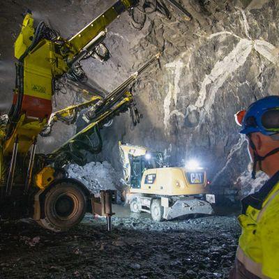 Työ koneet rakentavat Sulkavuoren puhdistamon luolastoa.