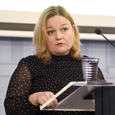 Perhe- ja peruspalveluministeri Krista Kiuru tiedotustilaisuudessa ravintoloita koskevasta sääntelystä 7. lokakuuta