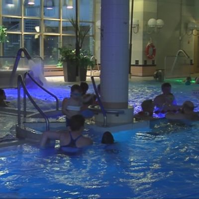 Matkailijoita uimassa Vesileppiksessä Leppävirralla.