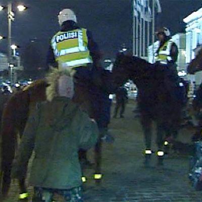 Itsenäisyyspäivän vastaanoton mielenosoitus 2001.