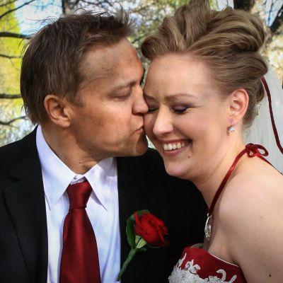 Tumppi ja Jenni Partanen suukottelevat hääkuvassa