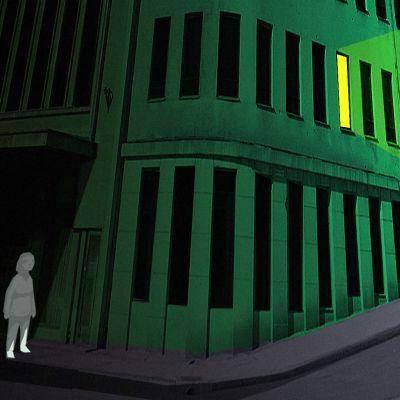 Hahmo talon varjossa, yhdestä ikkunasta näkyy valo