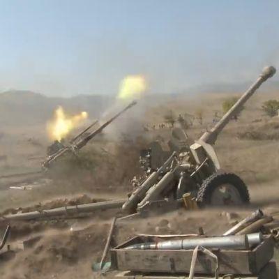 Azerbaidžanin tykistö ampuu.