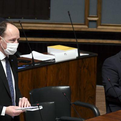 Perussuomalaisten Jussi Halla-aho kysyy eduskunnan suullisella kyselytunnilla Helsingissä 22. lokakuuta.