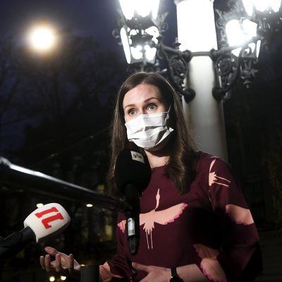 Pääministeri Sanna Marin puhui tiedotusvälineille saavuttuaan hallituksen iltakouluun Säätytalolle 4. marraskuuta 2020.