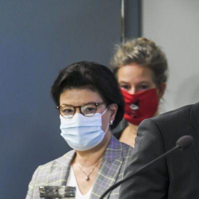 THL:n ylilääkäri Taneli Puumalainen, STM:n strategiajohtaja Liisa-Maria Voipio-Pulkki ja THL:n ylilääkäri Hanna Nohynek saapuvat sosiaali- ja terveysministeriön ja Terveyden ja hyvinvoinnin laitoksen yhteiseen koronatilannekatsaukseen.