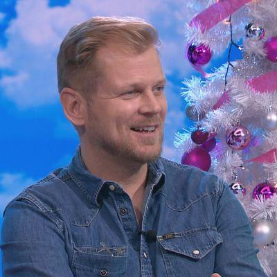 Näyttelijä Antti Luusuaniemi Puoli seitsemän -ohjelmassa