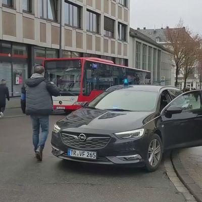 Auto ajoi väkijoukkoon Trierissä