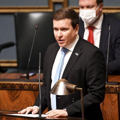 Perussuomalaisten Ville Tavio esitteli puolueen vaihtoehtobudjettia eduskunnan täysistunnossa.