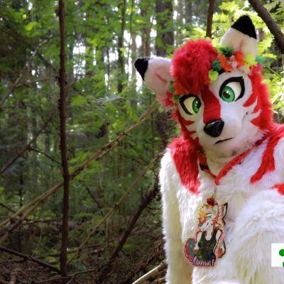 Anime-henkiseksi susihahmoksi pukeutunut ihminen metsän siimeksessä.