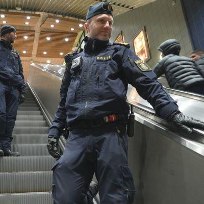 Göteborgilaiset poliisit, Joakim Edvardsson ja Björn Svensson partioivat joulukuisena keskiviikkona.