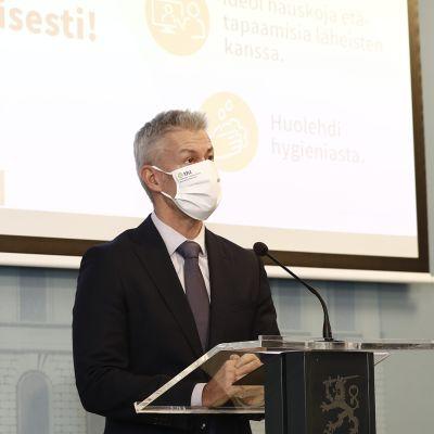 STM:n tiedotustilaisuudessa mukana kesään saakka yltävät skenaariot epidemian kehityksestä ja vaikutuksista