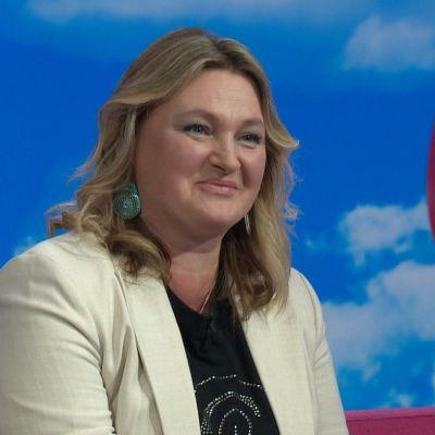 Näyttelijä Ria Kataja Puoli seitsemän -ohjelman studiossa.