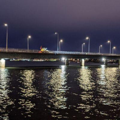 Lauttasaaren silta aamuhämärässä 11.12.2020.