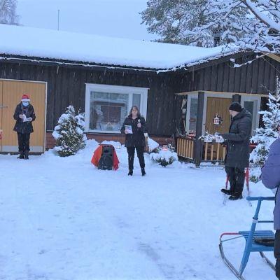 Puolankalaiset kokoontuivat laulamaan joululauluja kanttorin johdolla.