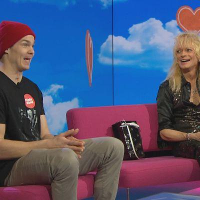 Pekka Hyysalo ja Michael Monroe iloisina Puoli seitsemän -ohjelman studiossa sohvalla.