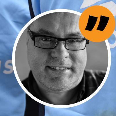 En bild på ryggar med Samlingspartiets logo och Mikael Crawfords ansikte i en cirkel
