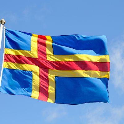 Ahvenanmaan lippu liehuu salossa.