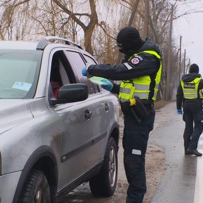 Liettualaiset poliisit pysäyttämässä autoja.