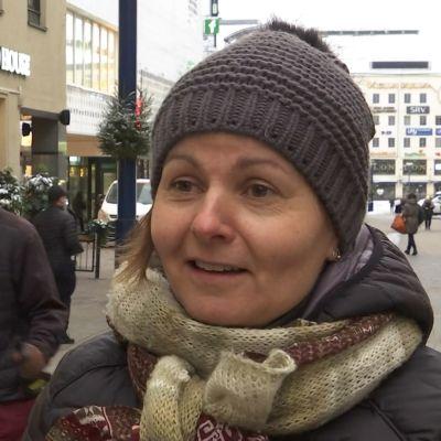 Tuire Liukkonen hymyilee Jyväskylän keskustassa.